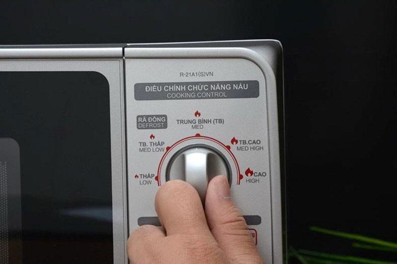 Bảng điều khiển nút vặn có chỉ dẫn tiếng Việt
